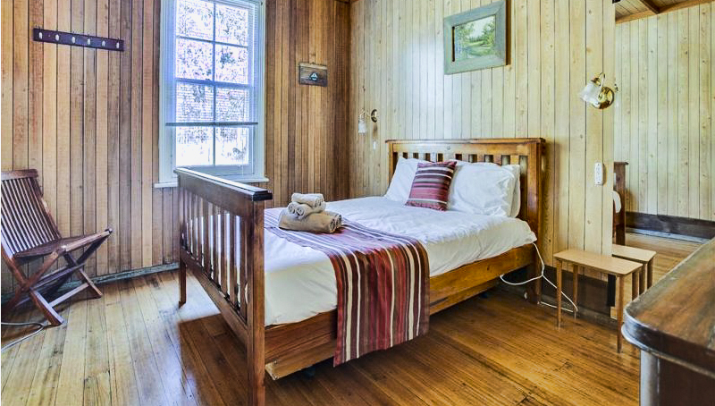 Lake Leake Hotel - Queen bed room